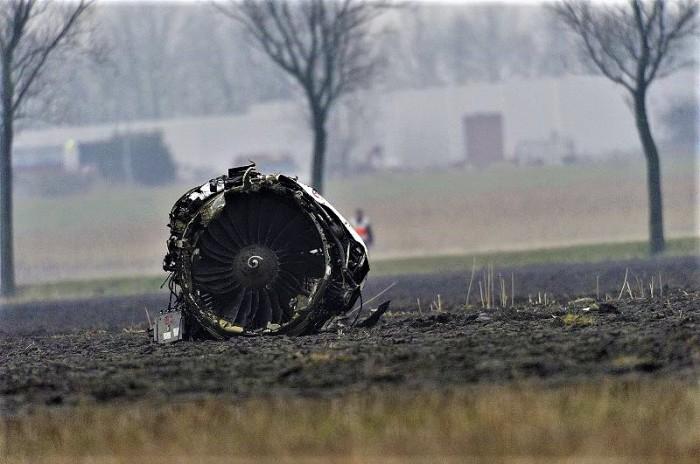 800px-Crash_Turkish_Airlines_TK_1951_plane_engine